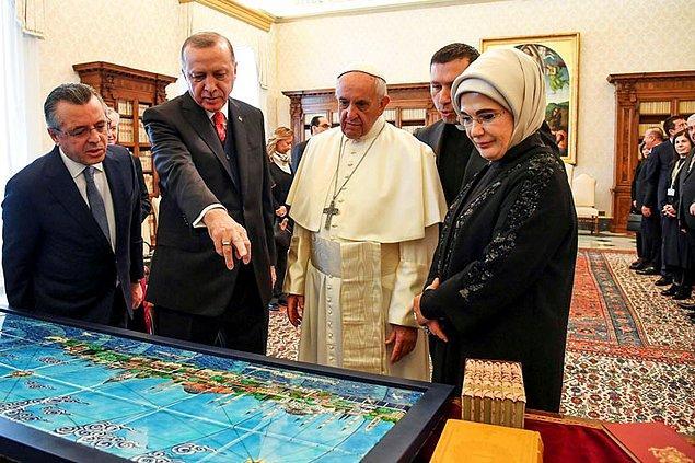 Bir saat süren görüşmenin ardından Cumhurbaşkanı Erdoğan, Papa Francesco'ya eski İstanbul'u 24 parçada tasvir eden minyatür İznik çinisi ile Mesnevi'nin İtalyanca ve İngilizce baskılarını hediye etti.