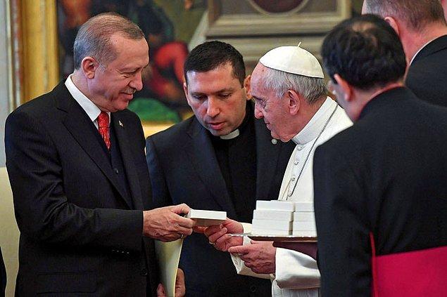 Papa ise Erdoğan'a barış melekli bir madalyon hediye etti.