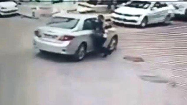 Kendisini takip eden şüpheliye tepki gösteren B.K. aracın yanına giderek Z.Ö. ile tartıştı ve ardından elindeki taşla aracın camına vurdu.