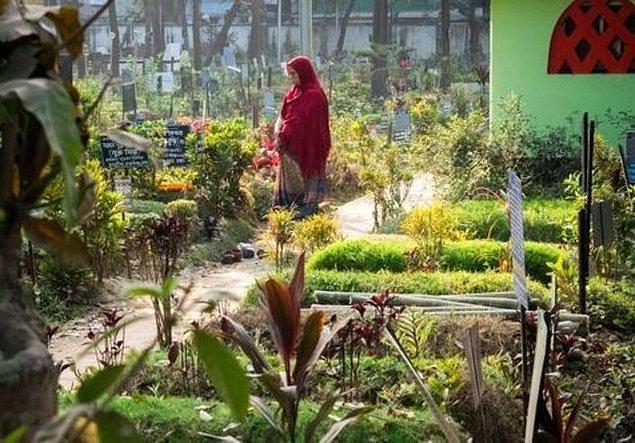 Sabiha Begüm, 12 yaşında intihar eden kardeşi için 10 yıldır mezarlık görevlilerine rüşvet ödüyor.
