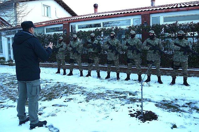 Gerçek bir asker gibi dönüşümlü nöbet tutan oyuncular, aynı zamanda yağmur, kar, sert rüzgar gibi hava koşullarında tam teçhizatlı eğitim gördü.