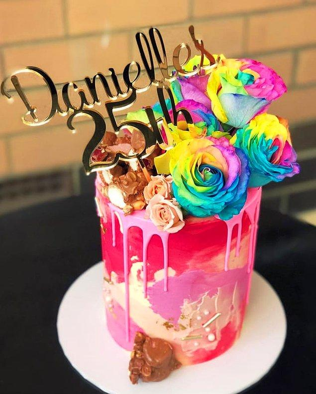 Bu eleman ise pastayı o kadar güzel yapmış ki insan yemeye kıyamıyor!