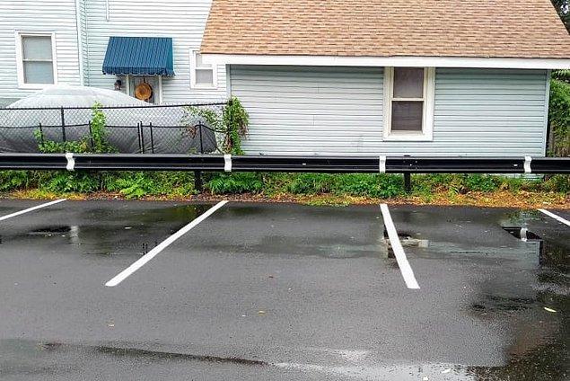 15. Park çizgileri bariyerlerin üzerine de çizilmiş. Böylece park ederken sınırınızı daha rahat görebilirsiniz.