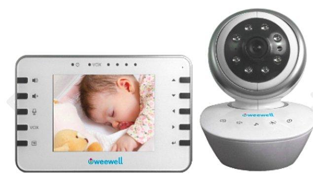 13. Uyurken yanında durduğunuz bebeğiniz nefes sesinize bile uyanabilir. Onu hem merak ediyor hem de sürekli uyanmasını istemiyorsanız, görüntülü bebek telsizleri vazgeçilmeziniz olacak!