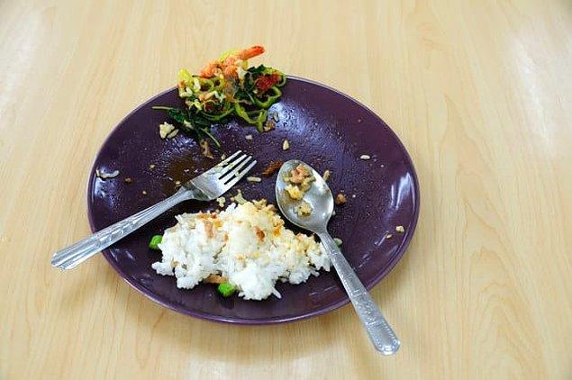 2. Yemeğe başlamadan önce servis eden kişiden istemediğin kısımları almasını söyler misin?