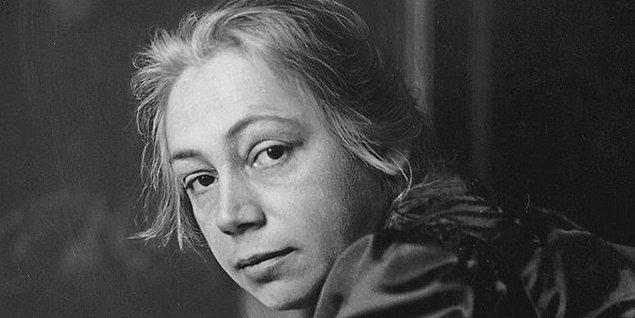 Kollwitz'in eserleri; ölümü, yoksulluğu, acıyı, açlığı, adaletsizliği, mücadeleyi ve isyanı eşsiz bir biçimde anlatır; savaş mağduru bir kadının ve bir annenin tanıklığıyla...