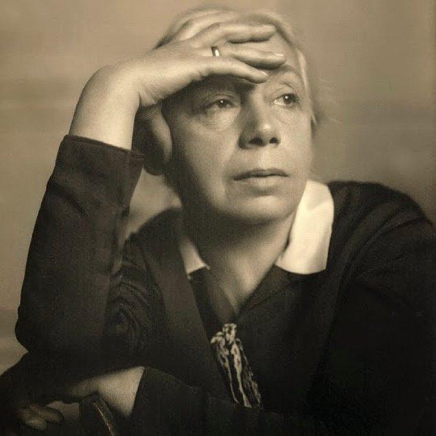 Hayatı boyunca sanatıyla savaşa ve adaletsizliğe karşı mücadele eden Kollwitz'in çalışmalarının çoğu 1943'de, savaş sırasında atölyesinin bombalanması sonucu yok olur.