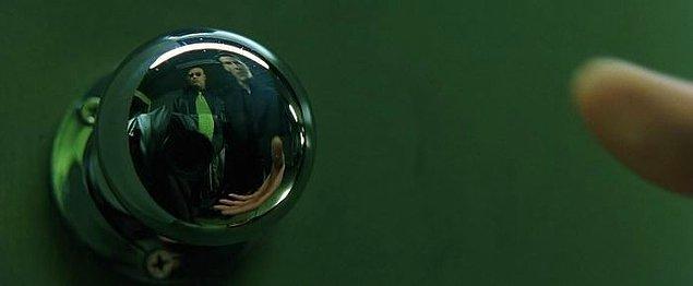11. Yönetmen ve film ekibi Matrix'in bu sahnesinde kamerayı yansımada saklayamayınca üzerine bir ceket koydu.