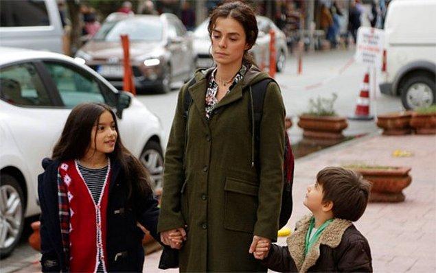 """4. Aynı zamanda Bahar, fazlasıyla fedakar bir kadındır. Daha doğrusu """"annedir."""" Çocukları için, kendini hiç yapmam dediği şeyleri yaparken bulur."""