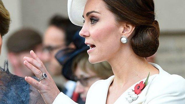 Kraliyet kuralları gereği manikürünü koyu renk ojelerle taçlandıramayan Kate Middleton, oje seçimlerinde de elegan duruşunu koruyor.