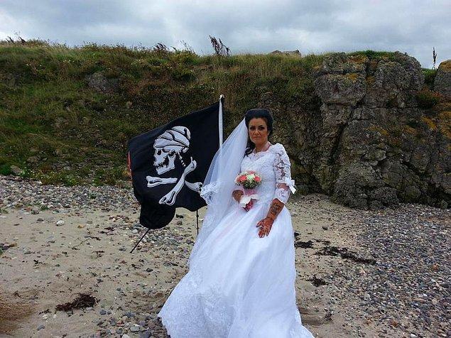Şimdi de sırada Kuzey İrlanda'da yaşayan 45 yaşındaki Amanda var! Kendisi Jack Sparrow'u canlandırarak insanları eğlendiriyor ve para kazanıyor.