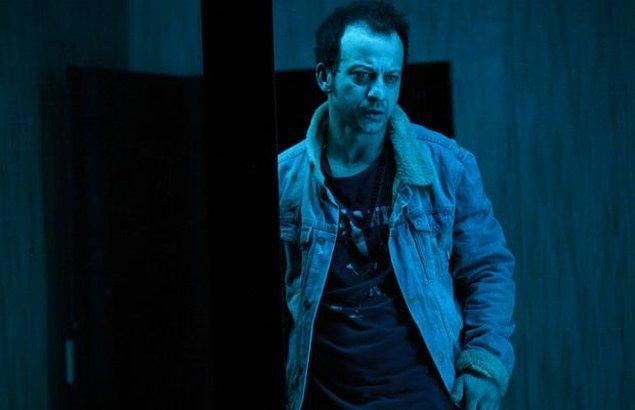 Çağdaş tiyatronun yönünü değiştiren Fransız yazar Bernard-Marie Koltès tarafından kaleme alınan 'Ormanlardan Hemen Önceki Gece' oyunuyla 2014-2015 sezonunda Tiyatro Eleştirmenleri Birliği tarafından 'Yılın Erkek Oyuncusu' seçildi.