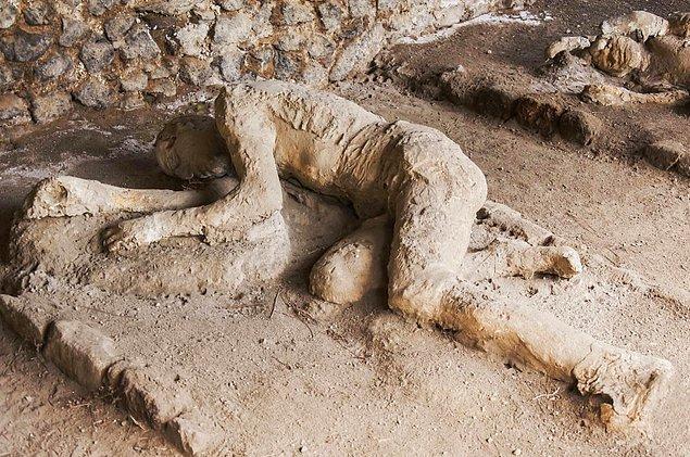 Bu ölüme dair az konuşulan bir başka korkunç detay da Pompeii yakınlarındaki parçalanmış kafataslarının ardından keşfedilmiş.