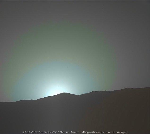 11. Güneş batarken çekilen bu fotoğraf, birkaç gün önce Mars'da çekildi. Mars'da renkler Dünya'nın tam tersi: Gündüz kızıl, gün batımında mavimsi renkte.