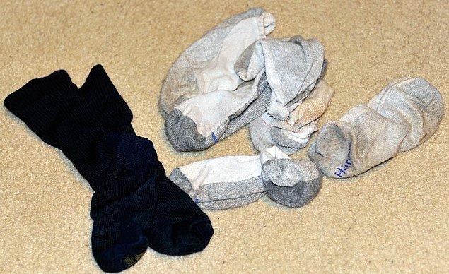 4. Maalesef, evin çeşitli bölgelerinde özellikle erkek birey tarafından terk edilmiş çoraplara rastlanılabilir :(