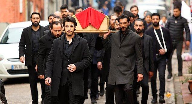 İdris Baba ne kadar istemese de Yamaç'ın diretmesiyle Vartolu'nun cenazesinin Çukur'a gömülmesine izin verdi.