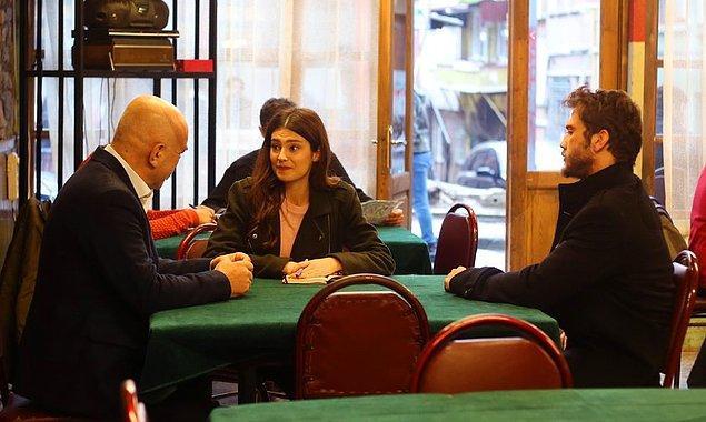 O esnada gazeteci kız ise yine mahalleye gelmiş sözde  İdris Baba ile röportaj yapıyor. Bu sefer Yamaç'la da tanıştı.