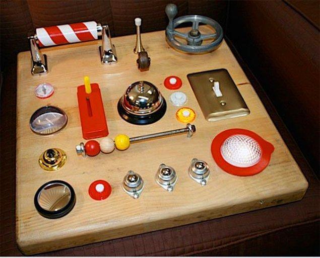 3. Eski ışık düğmelerini, kapı kollarını, düğme ve boncukları yeniden değerlendirebileceğiniz bir tahta.