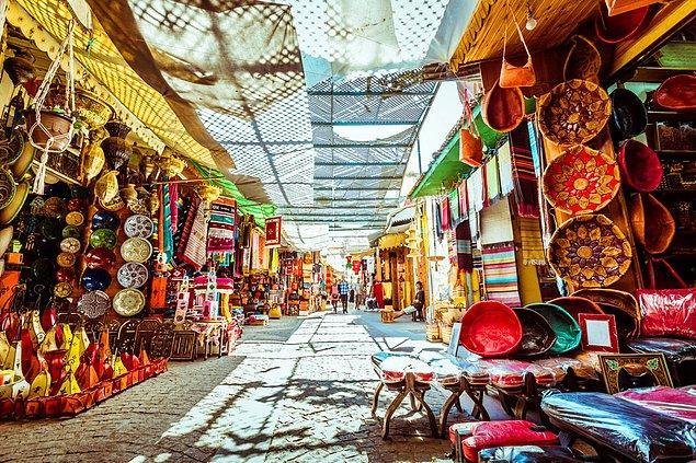 Aslında bu fotoğraftaki şahıs ne bir belediye işçisi ne de Türkiye'de yaşıyor. Fotoğraf Fas'ın Rabat şehrindeki bizdeki Kapalıçarşı'ya benzeyen tarihi bir pazar yerinden.