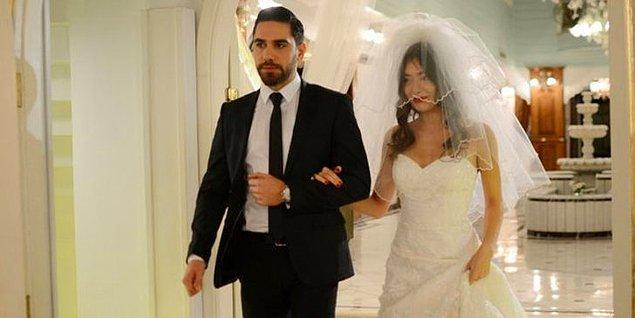 Güzel oyuncumuz, eşi Kadir Doğulu ile beraber oynadığı Fatih Harbiye dizisinde de gelinlik giymişti.