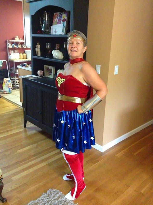 24. Sipariş verilen Wonder Woman kostümü büyük gelirse, büyük anne denemek isteyebilir. 😁