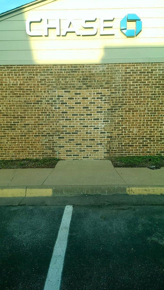 Aynı şekilde gizli bir mekana girmek için patlatılmayı bekleyen bir duvar daha.