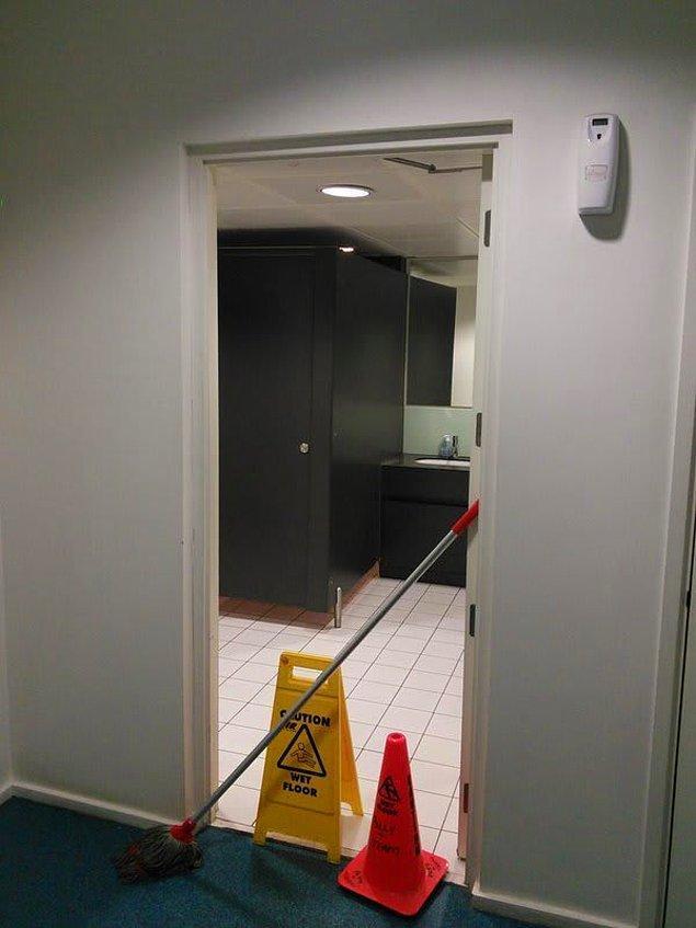 Bu kapıdan geçebileceğinizi düşünüyorsunuz değil mi? Hayır geçemeyeceksiniz. Çünkü önünde kırılmaz bir engel var.