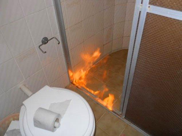 Bu minik yangının sebebi ne olabilir ki? Tabii ki sizin diğer tarafa geçmemenizi sağlamak. Bir şekilde su atsanız bile sönmeyecektir.