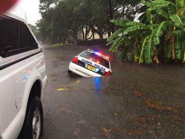 Son fotoğrafa kadar ikna olmadıysanız bir de buna bakın. Açıkça arabanın yarısı yolun altında kalmış.
