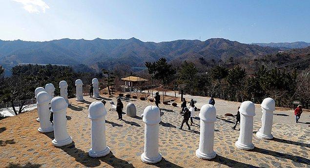 """""""Samcheok Haesindang Park"""" ya da resmi olmayan ismiyle Penis Park, Güney Kore'nin Sinnam bölgesinde yer alıyor."""