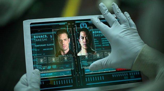 Takeshi Kovacs, dizide üç farklı bedenle karşımıza çıkıyor. Kinnarman'la birlikte Byron Mann ve Will Yun Lee de farklı zaman dilimlerinde Kovacs karakterine hayat veriyorlar.