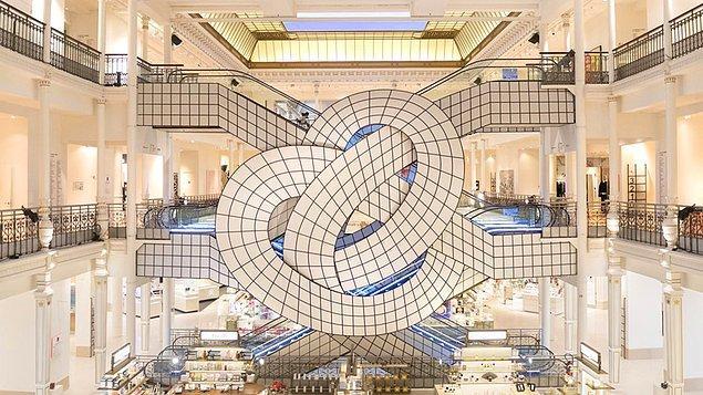 6. Paris'teki bir alışveriş merkezinin, düğüm şeklindeki yürüyen merdivenleri. (Ne kadar uğraşırsanız uğraşın, istediğiniz yere gidemiyorsunuz!) 😀