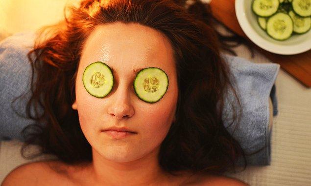 9. Salatalıkla gözlerinizi dinlendirin.