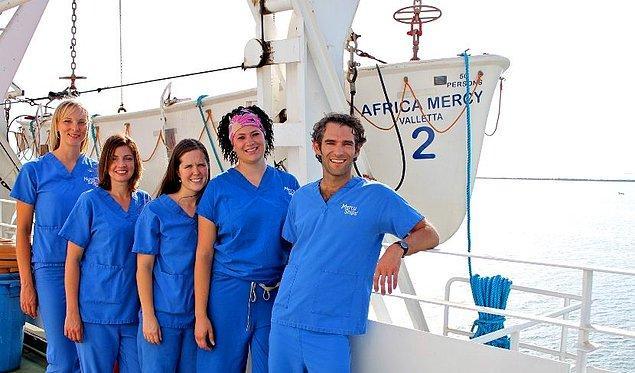 Ve bu gemi içinde yer alan doktorlar, mesleklerini gönüllü olarak gerçekleştiriyorlar.
