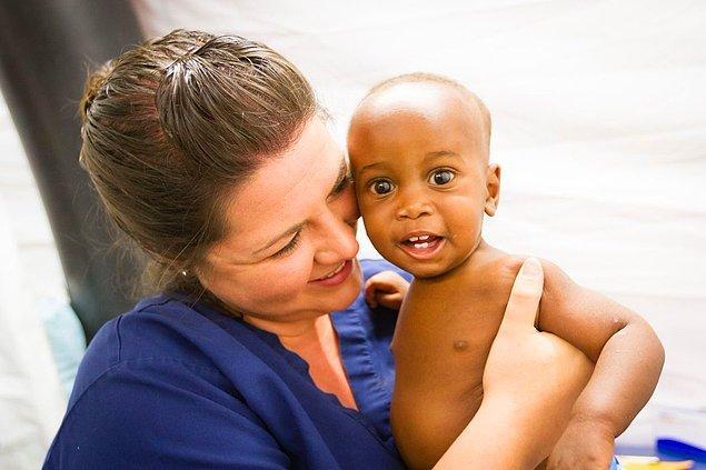 İnsanları sağlığına kavuşturmanın yanında doktorların hastalara ve çocuklara verdikleri sevgi o kadar gerçek, o kadar merhametli ki...