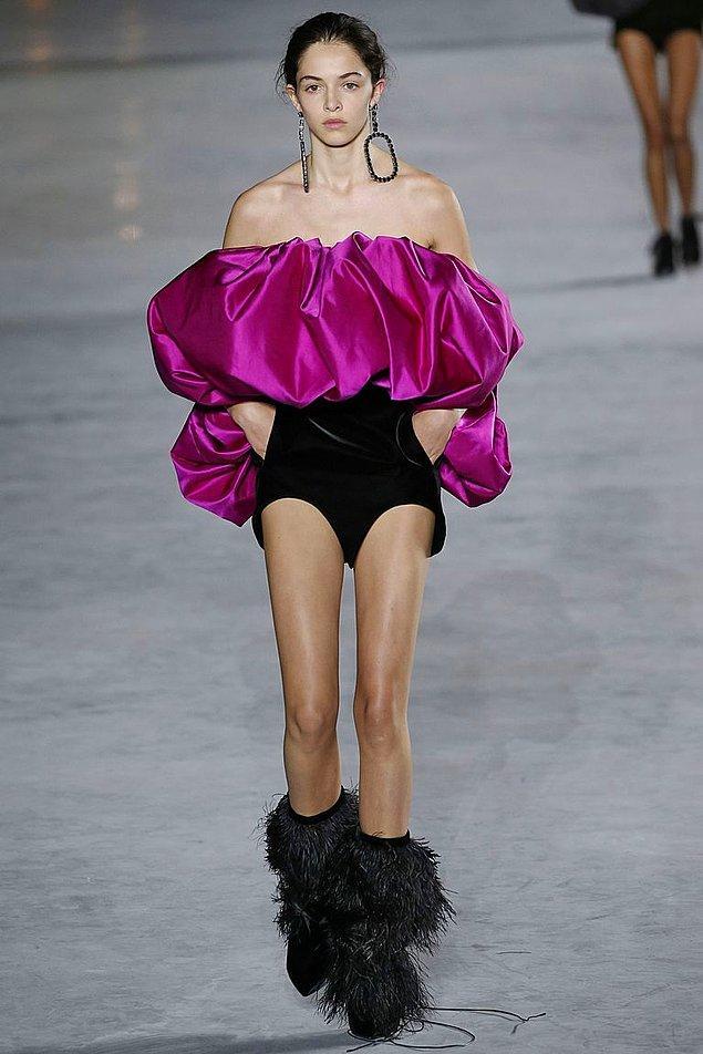 Ne yalan söyleyelim; parti için Saint Laurent'in koleksiyonundan seçtiği şu elbise ünlü sanatçıya pek yakışmıştı. 😍👇