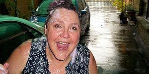 3 Yıllık Kuraklığın Ardından Yağan Yağmurda Duş Alıp, Araba Yıkayan Kadın
