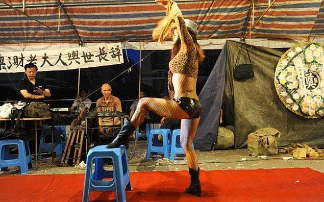 Ancak cenazelerde erotik dansçıların şov yapmalarının en önemli nedeni Çin kültüründe cenazeye verilen önem.