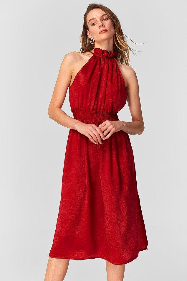5. Vücuda çok şık bir şekilde oturan belden büzgülü ve boyundan başlayan bu kırmızı elbiseye ne demeli