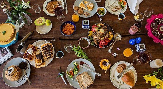 7. Peki masadaki şeylerden birini yiyor ya da içiyor musun?
