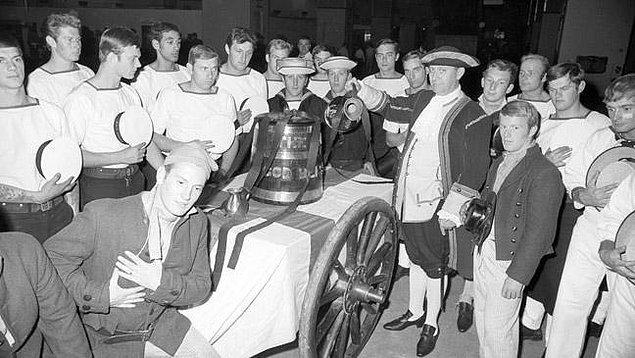 17. 1500'lü yıllarda İngiliz denizcilerine maaşları birlikte rom da veriliyordu. Romun sulandırılmadığını anlamak için denizciler barut kullanırdı.