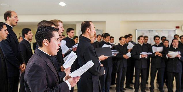 Uluslararası Şeytan Çıkarıcılar Derneği'ne göre halen dünya genelinde Katolik Kilisesi'ne bağlı ve şeytan çıkarma konusunda yetkili 400 kadar rahip bulunuyor, bunların 240'ı da İtalya'da görev yapıyor.