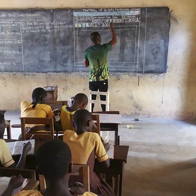 Gana'da öğretmenlik yapan Owura Kwadwo, aslen Kumasili. Kırsalda bulunan bir okulda Bilgi ve İletişim Teknolojileri dersi veriyor.