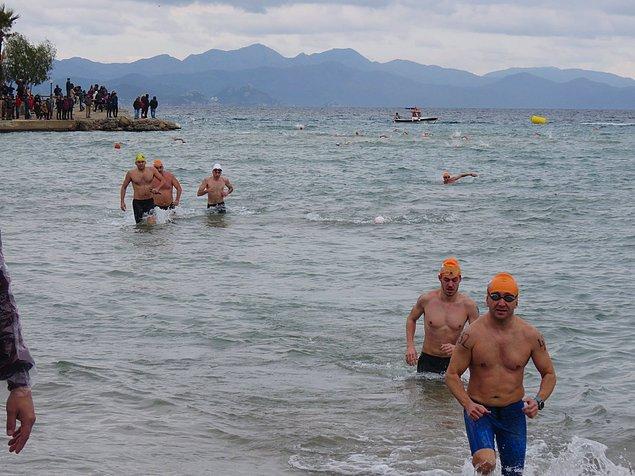 Bir saat boyunca sahil boyunda yürüyerek yüzücüleri izledik; teker teker geri döndüler ve bitiş çizgisinde o yüzleri görmek, o duyguları paylaşmak için beklemeye koyulduk.