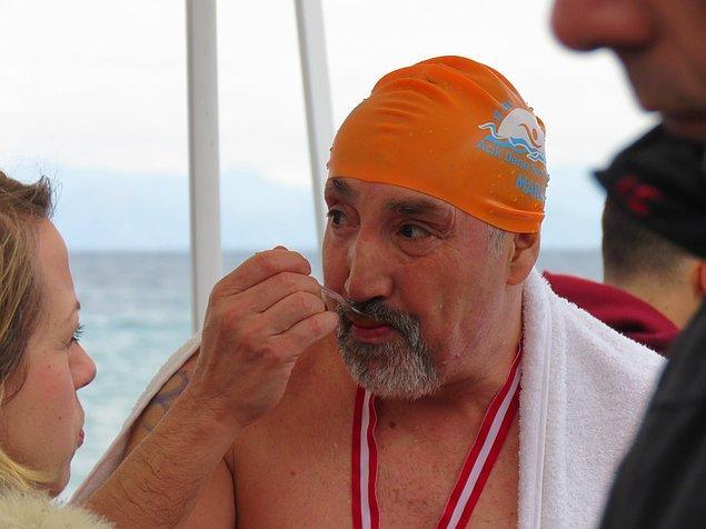 Haa... Pekmez demişken! Sudan çıkan her yüzücüye de pekmez ikram edildi! 😂