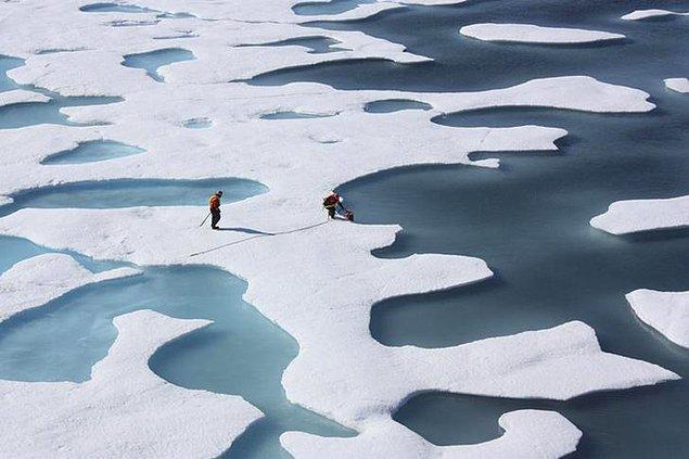 9. Kuzey kutbundaki levhalar üzerinde araştırma yapan iki bilim insanı.