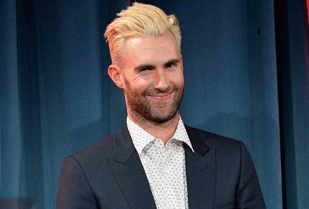 9. Maroon 5'ın solisti Adam Levin de maalesef bir dönem saçlarını sarıya boyatmak ve hatta bir dönem de tamamen kazıtmak gibi farklı tarzlar denemişti.