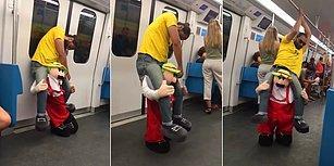 Metroda Kostümüyle Sarhoş Numarası Yaparak İnsanların Yüzünde Kocaman Bir Gülümseme Bırakan Adam