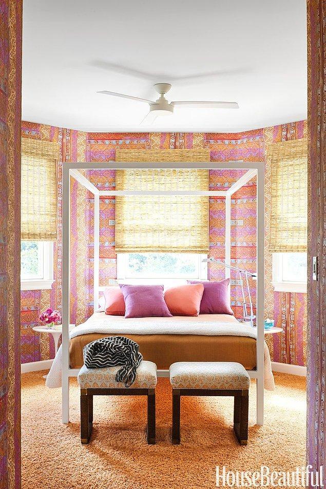 2. Pembeler, kırmızlar ve portakal çiçeğinin karıştığı dramatik bohem yatak odasında, renklerin diğer eşyalarda da sürdürülmesi önemli.