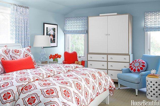 11. Açık mavi ve koyu fuşyanın zıtlığı ile yumuşak bir hava yaratan yatak odası